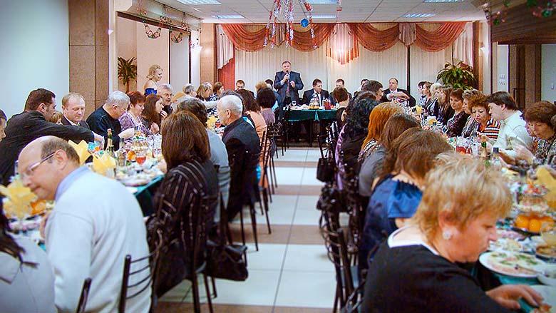 banket-gosti-za-stolami